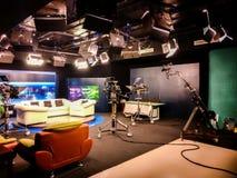 Estúdio da televisão com câmera, luzes e treinador para a entrevista para o programa televisivo de gravação - colagem de uma comu foto de stock royalty free