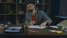 Estúdio de assinatura dos originais de papéis do homem de negócios bem sucedido em casa Negócio Startup video estoque