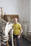 Estúdio de Drawing Skeleton In do artista fotografia de stock royalty free
