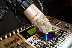 Estúdio de gravação com microfone fotografia de stock