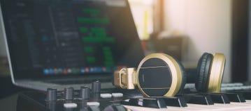 Estúdio de Home do produtor da música de computador fotos de stock