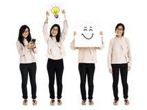 Estúdio de pensamento asiático novo das ideias da mulher adulta isolado Fotografia de Stock Royalty Free