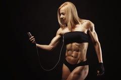 Estúdio disparado da jovem mulher muscular fotografia de stock