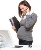 Estúdio disparado da mulher gravida com telefone Foto de Stock Royalty Free