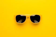 Estúdio disparado de óculos de sol amarelos Imagem de Stock