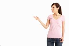 Estúdio disparado de gesticular chinês da mulher Imagem de Stock