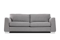 Estúdio disparado de um sofá moderno cinzento imagem de stock