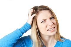 Estúdio disparado do escalpe Itching da jovem mulher imagens de stock royalty free