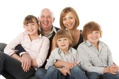 Estúdio disparado do grupo da família que senta-se no estúdio imagem de stock