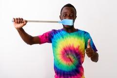Estúdio disparado do homem novo do africano negro que usa a escova de limpeza grande fotos de stock