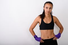Estúdio disparado do lutador asiático novo da mulher que pensa ao levantar w imagem de stock