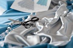 Estúdio do desenhador de moda com tesouras e fita imagens de stock