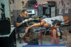 Estúdio interno da tatuagem em Karon, Tailândia imagem de stock