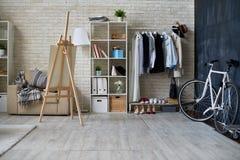 Estúdio moderno horizontalmente interior Imagem de Stock Royalty Free