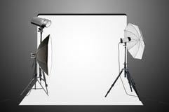 Estúdio vazio da foto com equipamento de iluminação Fotografia de Stock Royalty Free