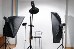 Estúdio vazio da foto com o equipamento foto de stock royalty free