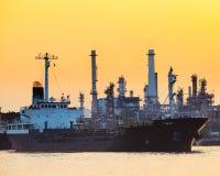 石油气体集装箱船和炼油厂种植产业est 免版税库存图片