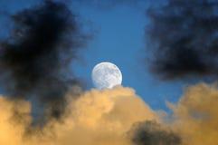 Esté en la luna el levantamiento sobre las nubes de tormenta Fotografía de archivo libre de regalías