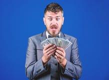 Est il toute la mine Homme d'affaires riche avec billets de banque de dollars US Courtier de devise avec le paquet d'argent Parti photos stock