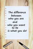 Est la différence entre qui vous êtes et qui vous voulez pour être ce que vous faites sur le papier Photos stock