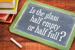 Est la question à moitié vide ou à moitié pleine en verre Images stock