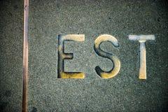 Est menande öst, som skriftlig i franskt på den parisiska Eiffeltorn Arkivbild