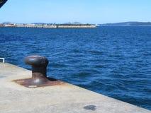 Est?n amarrando el puerto donde los barcos parqueados a reaprovisionar de combustible y a reparar foto de archivo libre de regalías