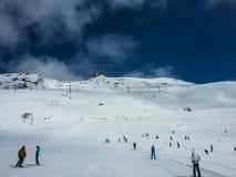 Est?ncia de esqui em um dia ensolarado fotos de stock