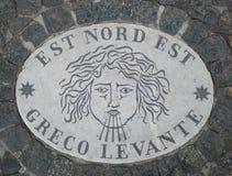 Est Nord Est东部东北镇-象征风的方向的头 在一块大理石平板的一个古老图象在圣皮特圣徒・彼得` s Squ 免版税库存照片