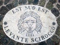 Est Sud Est东部东南部-象征风的方向的头 在一块大理石平板的一个古老图象在圣皮特圣徒・彼得` s Squa 免版税库存图片
