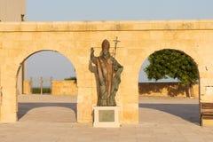 Est?tua de bronze do papa Benedict XVI em Santa Maria di Leuca, Salento, Apulia, It?lia imagem de stock royalty free