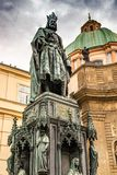 Est?tua de bronze do rei checo Charles Iv In Prague, Rep?blica Checa fotos de stock
