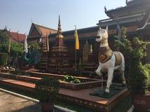 Est?tua do cavalo e do pav?o no templo de Wat Preah Prom Rath em Siem Reap, Camboja fotos de stock royalty free
