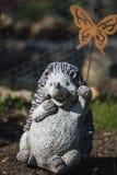 Est?tua pequena bonita do jardim de um ouri?o de ondula??o imagem de stock