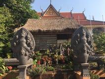 Est?tuas do Naga do estilo de Camboja grandes no templo de Wat Preah Prom Rath em Siem Reap, Camboja fotos de stock royalty free