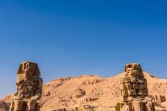 Est?tuas dos colossos de Memnon do fara? Amenhotep III em Luxor, Egito imagens de stock