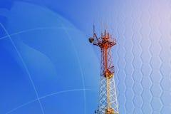 Estação base esperta da antena da rede de rádio do celular do conceito 5G no mastro da telecomunicação que irradia o sinal Foto de Stock