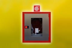 Estação com mangueira de fogo, extintor fotografia de stock