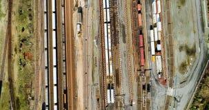 Estação com trens de mercadorias e recipientes vídeos de arquivo