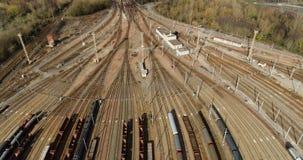 Estação com trens de mercadorias e recipientes filme