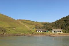 Estação da balsa do rio na costa selvagem em África do Sul, infrastrucutre do país em vias de desenvolvimento Fotografia de Stock Royalty Free