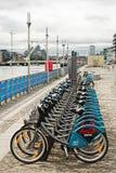 Estação da bicicleta de Dublin situada no centro de convenção, doca norte, perto do rio do teatro do ponto e do Liffey, Dublin, I Imagem de Stock Royalty Free