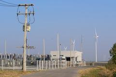 Estação da energia elétrica com o gerador de poder das turbinas eólicas Imagens de Stock