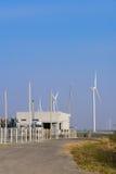 Estação da energia elétrica com o gerador de poder das turbinas eólicas Fotografia de Stock