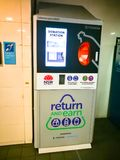 Estação da máquina da doação para as latas do retorno e as garrafas plásticas que podem ganhar o centavo 10 por cada um Fotografia de Stock Royalty Free