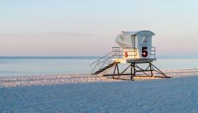 Estação da salva-vidas em uma praia branca bonita de Florida da areia com água azul imagens de stock royalty free