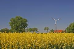 Estação das energias eólicas com campo da violação em Alemanha fotos de stock