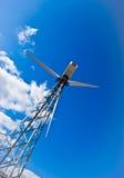 Estação das energias eólicas - turbina de vento de encontro ao azul Fotografia de Stock Royalty Free