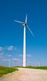 Estação das energias eólicas - turbina de vento de encontro ao céu Fotografia de Stock Royalty Free