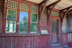 Estação de caminhos-de-ferro abandonado velho Foto de Stock